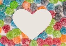 Färgrik bakgrund för sockergelésötsaker med vit hjärta formade s Arkivfoto