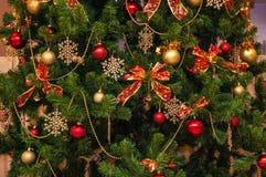 Färgrik bakgrund med cristmasträdet och dekorativa leksaker arkivbilder