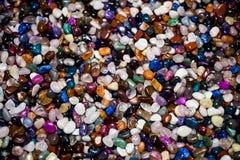 Färgrik bakgrund med små stenar Abstrakt bakgrund med kulört vaggar Skinande dyrbar liten stenbakgrund Closeupima royaltyfri bild