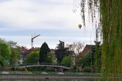 Färgrik ballong för varm luft som svävar ovanför Heidelberg Fotografering för Bildbyråer