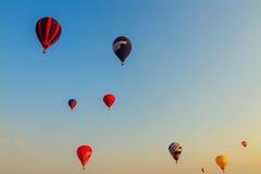 Färgrik ballong för varm luft tidigt på morgonen Arkivbilder