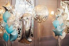 Färgrik ballongbakgrund, ett år Nummer ett… Conc ferie Arkivbilder