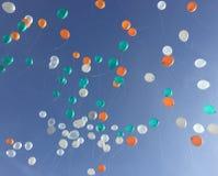 Färgrik ballongflöte upp till den blåa himlen arkivbild