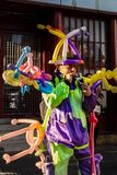 Färgrik ballongsäljare som kläs som en clown royaltyfria foton