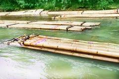 Färgrik bambuflotte som svävar gruppen i floden, lopp med naturbakgrund royaltyfri foto