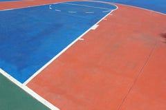 Färgrik basket fodrar på en utomhus- domstol Royaltyfri Fotografi