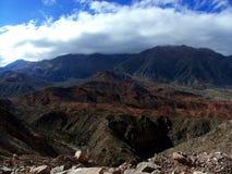 färgrik bergsikt Arkivfoto