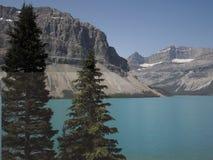 Färgrik bild av pilbåge sjön, Alberta Canada på en klar dag i sommaren arkivfoto