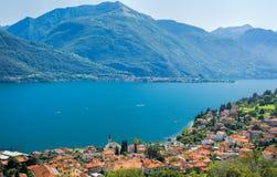 Färgrik bild av sjön Como och dess blåa vatten på en solig dag royaltyfria bilder