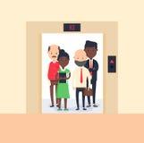 Färgrik bild som illustrerar grupp människoranseende i öppen hiss vektor illustrationer