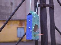 Färgrik blå fågelförlagematare Fotografering för Bildbyråer