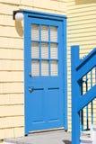 Färgrik blåttdörr arkivbilder