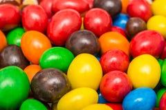 Färgrik blandning av den bestrukna chokladgodisen Royaltyfria Bilder