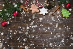 Färgrik blandning för blandade julkakor av denthemed dekorerade bästa sikten för kakor på trätabellen arkivfoto