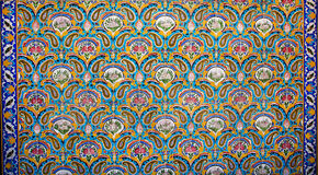 Färgrik blom- modell för tappning och orientalisk prydnad på de keramiska tegelplattorna av den gamla kungliga slotten royaltyfri illustrationer