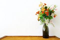 Färgrik blomma i vase Fotografering för Bildbyråer