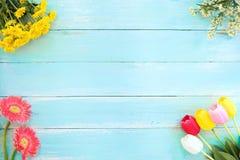 Färgrik blommabukett på blå träbakgrund arkivbild