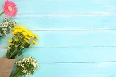 Färgrik blommabukett på blå träbakgrund royaltyfri fotografi