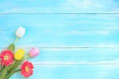Färgrik blommabukett på blå träbakgrund arkivfoton