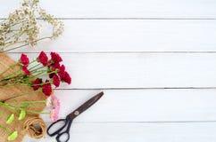 Färgrik blommabukett på vit träbakgrund arkivfoto
