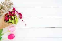 Färgrik blommabukett på vit träbakgrund arkivfoton