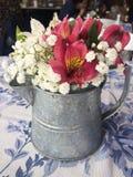 Färgrik blommaordning på en restaurangtabell arkivfoton