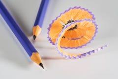 Färgrik blyertspenna med shavings Arkivfoto