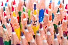 Färgrik blyertspenna som att le framsidor Arkivfoto