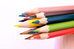 Färgrik blyertspennafärg på vit bakgrund Royaltyfri Bild
