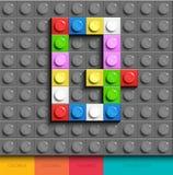Färgrik bokstav Q från byggnadslegotegelstenar på grå legobakgrund Lego bokstav M Arkivfoton