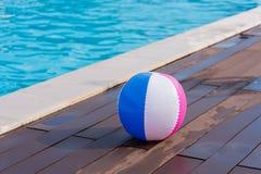 Färgrik boll i simbassängområde royaltyfria foton