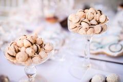 Färgrik bröllopgodistabell med olika godbitar på skärm Arkivbilder