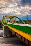Färgrik bro på Howard Street i Baltimore, Maryland arkivbilder