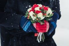 Färgrik brud- härlig bukett av olika blommor i vinter Royaltyfri Foto