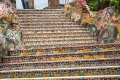 Färgrik bruten keramisk modell på trappan Royaltyfri Bild