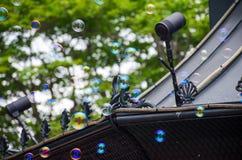Färgrik bubblaflöte runt om byggnad Arkivbild