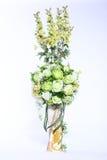 Färgrik bukett av den konstgjorda blomman, vit bakgrund arkivfoton