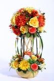 Färgrik bukett av den konstgjorda blomman, vit bakgrund royaltyfri bild