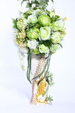 Färgrik bukett av den konstgjorda blomman, vit bakgrund arkivbilder
