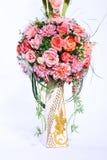 Färgrik bukett av den konstgjorda blomman, vit bakgrund royaltyfri fotografi