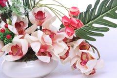 Färgrik bukett av den konstgjorda blomman, vit bakgrund arkivfoto
