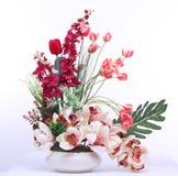 Färgrik bukett av den konstgjorda blomman, vit bakgrund royaltyfri foto