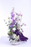 Färgrik bukett av den konstgjorda blomman, vit bakgrund arkivbild