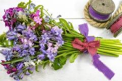 Färgrik bukett med lösa hyacints och en annan äng f för vår arkivbilder