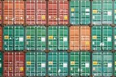 Färgrik bunt av behållaren i industriell port arkivfoto