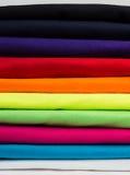 Färgrik bunt av rena t-skjortor Arkivfoto