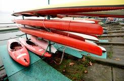 Färgrik bunt för kajaker och för kanoter i rad fotografering för bildbyråer