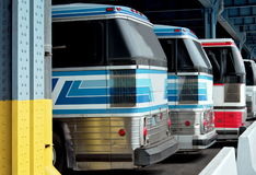 Färgrik bussställning i raden på stationen royaltyfria foton
