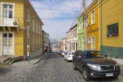Färgrik byggnad i den historiska delen av Valparaiso, Chile Arkivbild