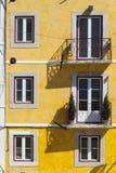 Färgrik byggnad med fönster arkivfoto